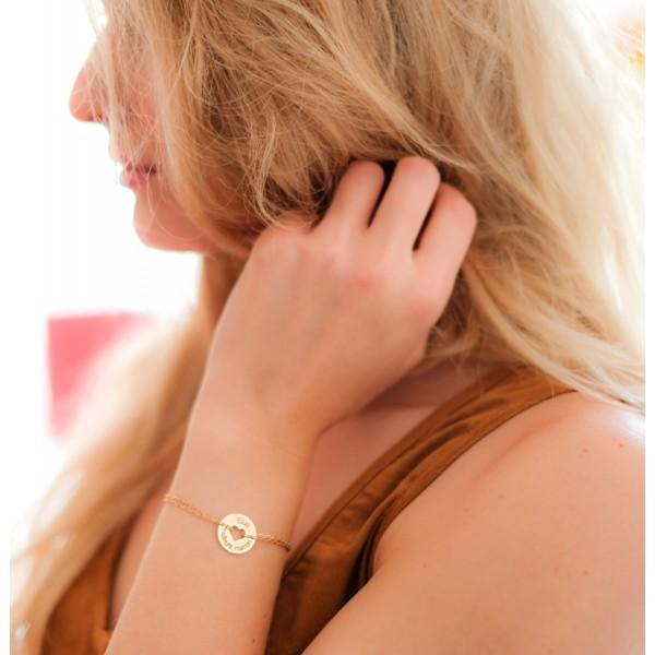 Bracelet gravé forme coeur en plaqué or porté