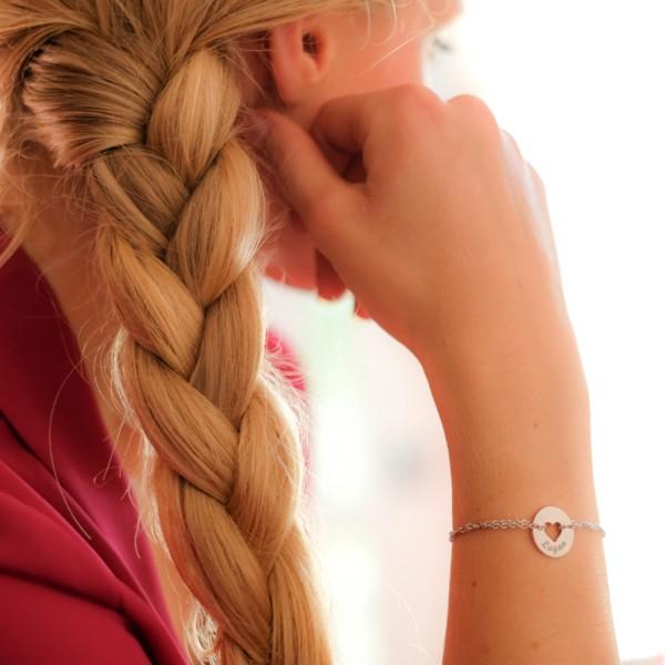 Bracelet gravé forme coeur en argent rosé porté