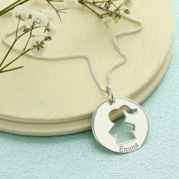 Le collier personnage fille dans un rond gravé