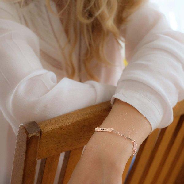 Bracelet personnage garçon et plaque à graver en lettre anglaise porté